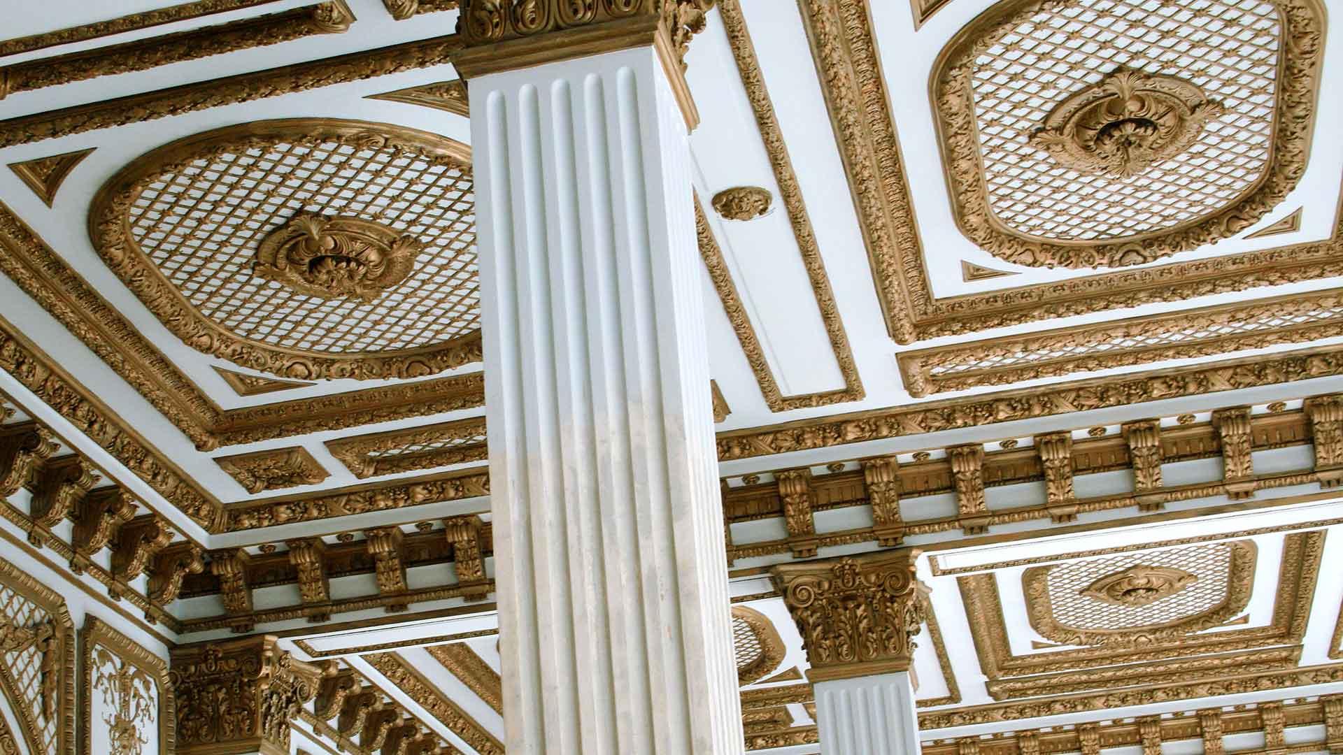 Plafond aux moulures dorées de l'Auberge des Dauphins.