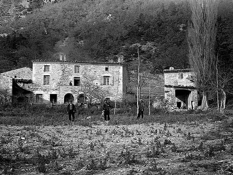Photo d'archives d'une ancienne ferme de la forêt de Saoû.