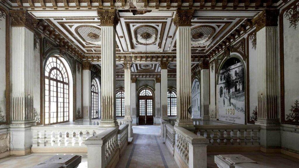 Vue de l'intérieur du Salon doré, espace composé de nombreuses moulures dorées.
