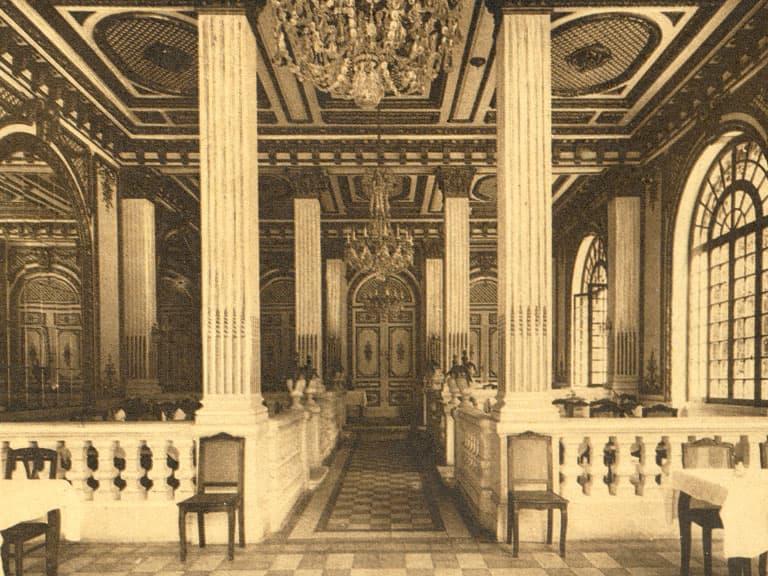 Photo d'archives du salon doré de l'Auberge des Dauphins.