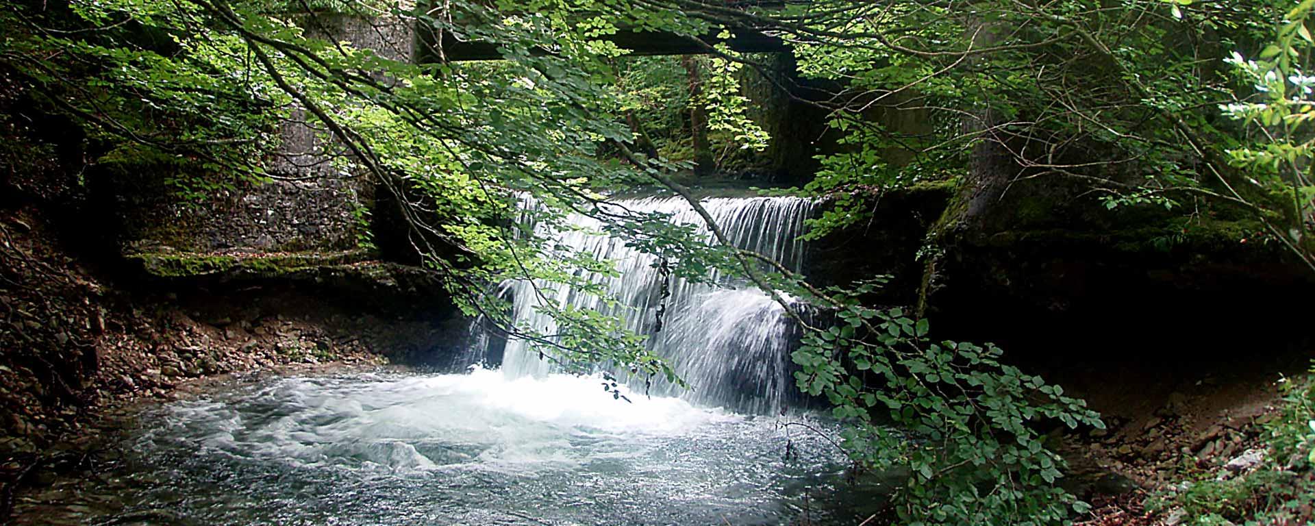 Cascade de la Vèbre, rivière prenant sa source au pied des Trois Becs.